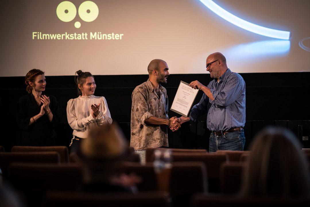 Preisverleihung 2019: Winfried Bettmer übergibt den Großen Preis der Filmwerkstatt an Lorenzo Puntoni (Foto: Thomas Mohn)